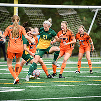 1st year Sally Bachmann (21) of the Regina Cougars during the Women's Soccer home game on September 17 at U of R Field. Credit: Arthur Ward/Arthur Images