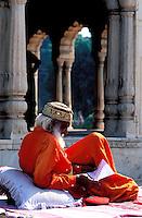 Pakistan, Punjab, Lahore, Homme pieux soufi au fort de Lahore // Pakistan, Punjab, Lahore, sufi man at Lahore Fort