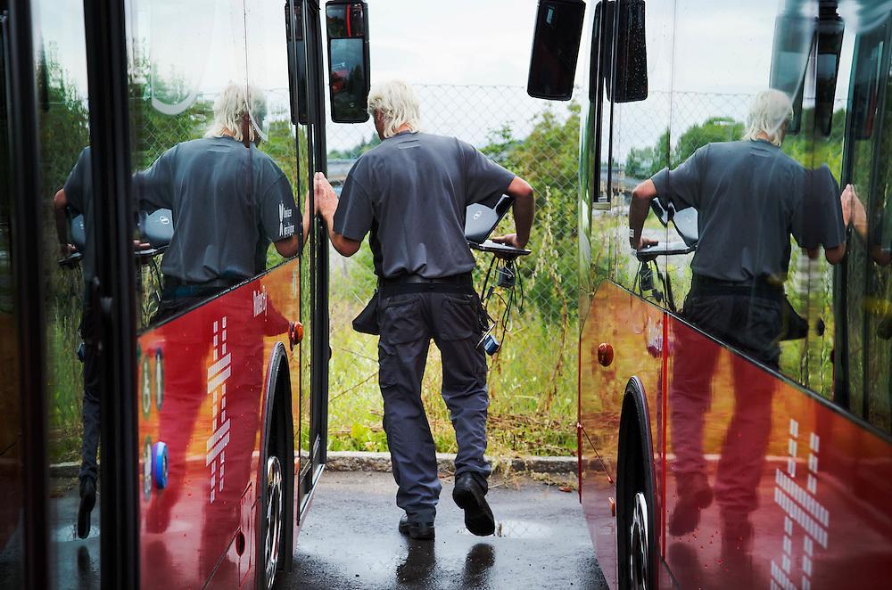 OSLO 2015-07-28: Verksmester Tom Rismyhr jobber som eneste mekaniker med hydrogenbusser i Oslo FOTO:WERNERJUVIK