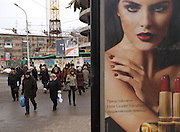 Strassenszene im Zentrum der sibirischen Hauptstadt Nowosibirsk. Werbung der Kosmetikfirma Estee Lauder.<br /> <br /> Street scene in the center of the Sibirian capital Novosibirsk. Billboard of the Estee Lauder company.