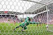 UTRECHT, FC Utrecht - Vitesse, voetbal, Eredivisie seizoen 2015-2016, 13-09-2015, Stadion De Galgenwaard, FC Utrecht speler Willem Janssen (R) scoort de 1-1, Vitesse keeper Eloy Room (M) is kansloos.