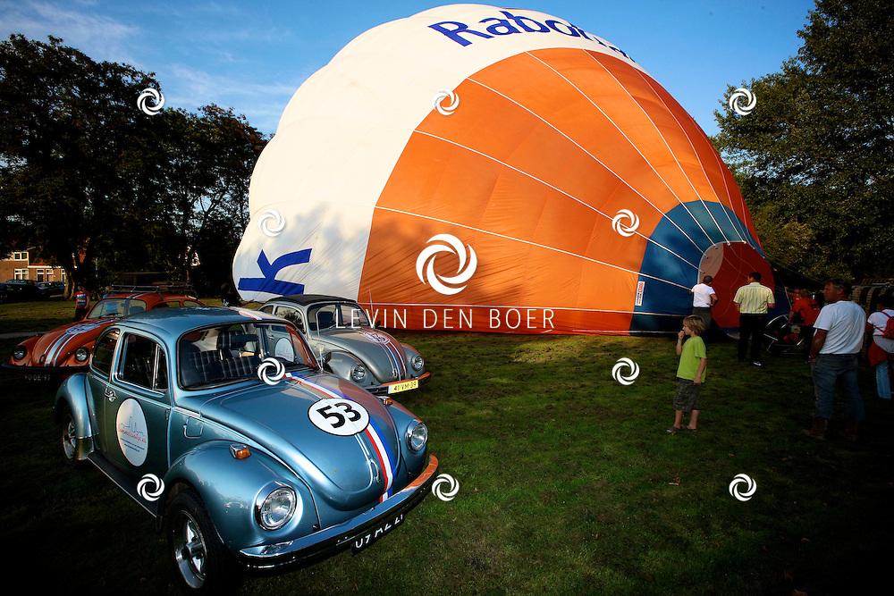 ZALTBOMMEL - Bommelsuitje had twee luchtballonen geregeld voor de liefhebber en gingen zeer geleidelijk de lucht in. FOTO LEVIN DEN BOER - PERSFOTO.NU