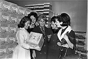 29/03/1963<br /> 03/29/1963<br /> 29 March 1963<br /> Fashion models visit Bolands Biscuit Factory at Deansgrange, Dublin. Models and boxes of Ice Wafers.