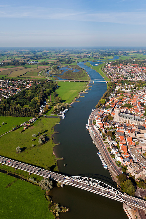 Nederland, Overijssel, Gemeente Deventer, 03-10-2010; zicht op de oostoever van de IJssel tegenoever het stadsfront. Op deze lokatie is een hoogwatergeul gepland, die begint voor de boogbrug en die loopt langs en/of door De Worp naar de spoorbrug (boven in beeld)..View on the east bank of the river IJssel with the the urban front. At this location a flood channel is planned, starting before the arch bridge and continuing to the railway bridge..luchtfoto (toeslag), aerial photo (additional fee required).foto/photo Siebe Swart