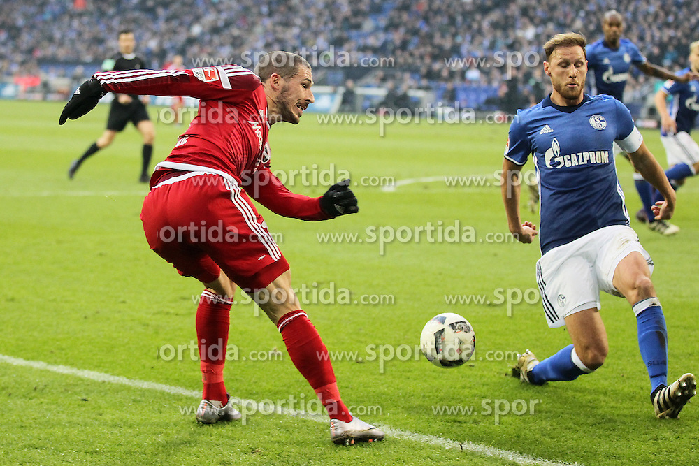 21.01.2017, Veltins Arena, Gelsenkirchen, GER, 1. FBL, Schalke 04 vs FC Ingolstadt 04, 17. Runde, im Bild Mathew Leckie (#7, FC Ingolstadt 04) beim Schuss gegen Benedikt Hoewedes (#4, FC Schalke 04) // during the German Bundesliga 17th round match between Schalke 04 and FC Ingolstadt 04 at the Veltins Arena in Gelsenkirchen, Germany on 2017/01/21. EXPA Pictures &copy; 2017, PhotoCredit: EXPA/ Eibner-Pressefoto/ Deutzmann<br /> <br /> *****ATTENTION - OUT of GER*****