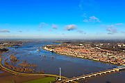 Nederland, Overijssel, Deventer, 20-01-2011. Spoorbrug over de IJssel. Het hoogwater heeft de Ossenwaard (links) onder water gezet. Foto in noordwestelijke richting..View on Deventer. and the railway bridge. The nature area Ossenwaard (left) has been flooded by the high waters of the IJssel..luchtfoto (toeslag), aerial photo (additional fee required).copyright foto/photo Siebe Swart