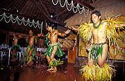 Junge Männer tanzen traditionell in Polynesischer Tracht, Nuka Hiva, Französisch Polynesien * Young men dancing traditional in Polynesian traditional clothes, Nuka Hiva, French Polynesia