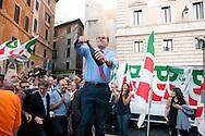 Roma  30 Maggio 2011. I partiti di centrosinistra festeggiano la vittoria delle elezioni comunali  in Italia al Pantheon con un comizio del segretario del Partito Democratico  Pier Luigi Bersani.. Pier Luigi Bersani stappa una bottiglia di spumante