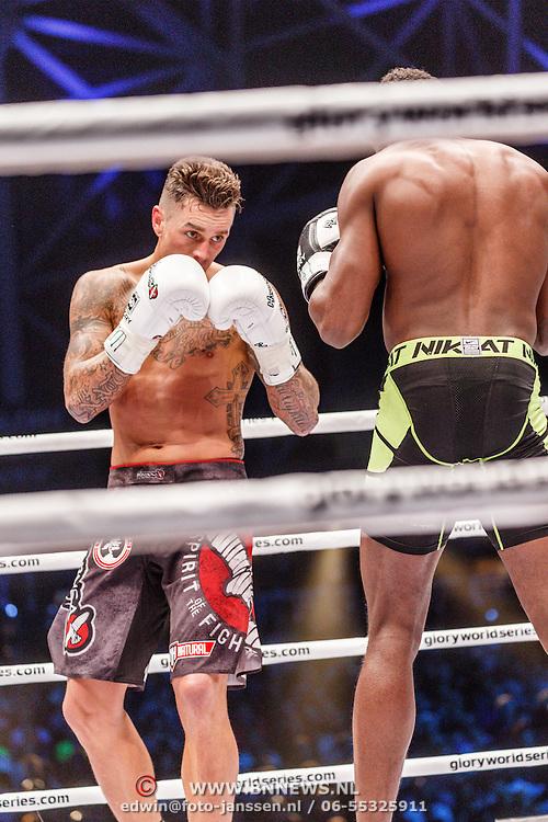 NLD/Amsterdam/20151204 - Freefightgala Glory26, Nieky Holzken (witte handschoenen) tegen Murthel Groenhart (zwarte handschoenen)