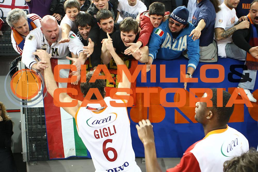 DESCRIZIONE : Roma Lega A 2009-10 Lottomatica Virtus Roma Montepaschi Siena<br /> GIOCATORE : Angelo Gigli<br /> SQUADRA : Lottomatica Virtus Roma <br /> EVENTO : Campionato Lega A 2009-2010 <br /> GARA : Lottomatica Virtus Roma Montepaschi Siena<br /> DATA : 21/03/2010<br /> CATEGORIA : esultanza tifo fan supporter tifosi<br /> SPORT : Pallacanestro <br /> AUTORE : Agenzia Ciamillo-Castoria/ElioCastoria<br /> Galleria : Lega Basket A 2009-2010 <br /> Fotonotizia : Roma Campionato Italiano Lega A 2009-2010 Lottomatica Virtus Roma Montepaschi Siena<br /> Predefinita :