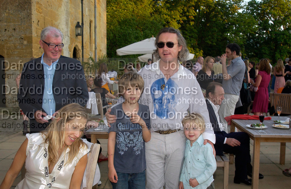 Frank Dunphy, Damien Hirst and Maia Norman with their children Connor and Cassius ( younger). Mollie Dent-Brocklehurst and Vanity Fair host  the opening of 'Vertigo'  a mixed art exhibition at Sudeley Castle. Winchombe, Gloucestershire. 18 June 2005. ONE TIME USE ONLY - DO NOT ARCHIVE  © Copyright Photograph by Dafydd Jones 66 Stockwell Park Rd. London SW9 0DA Tel 020 7733 0108 www.dafjones.com