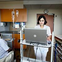 Nederland, Hoofddorp , 18 oktober 2010..Leerling verpleegkundige aan het werk op de afdeling interne geneeskunde van het Spaarneziekenhuis..Foto:Jean-Pierre Jans