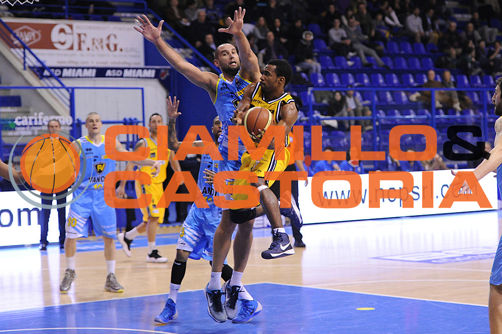 DESCRIZIONE : Porto San Giorgio Lega A 2013-14 Sutor Montegranaro Vanoli Cremona<br /> GIOCATORE : Josh Mayo<br /> CATEGORIA : tiro penetrazione<br /> SQUADRA : Sutor Montegranaro Vanoli Cremona<br /> EVENTO : Campionato Lega A 2013-2014<br /> GARA : Sutor Montegranaro Vanoli Cremona<br /> DATA : 12/01/2014<br /> SPORT : Pallacanestro <br /> AUTORE : Agenzia Ciamillo-Castoria/C.De Massis<br /> Galleria : Lega Basket A 2013-2014  <br /> Fotonotizia : Porto San Giorgio Lega A 2013-14 Sutor Montegranaro Vanoli Cremona<br /> Predefinita :