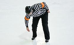 Znak za spotikanje. Tripping. Slovenski hokejski sodnik Damir Rakovic predstavlja sodniske znake. Na Bledu, 15. marec 2009. (Photo by Vid Ponikvar / Sportida)