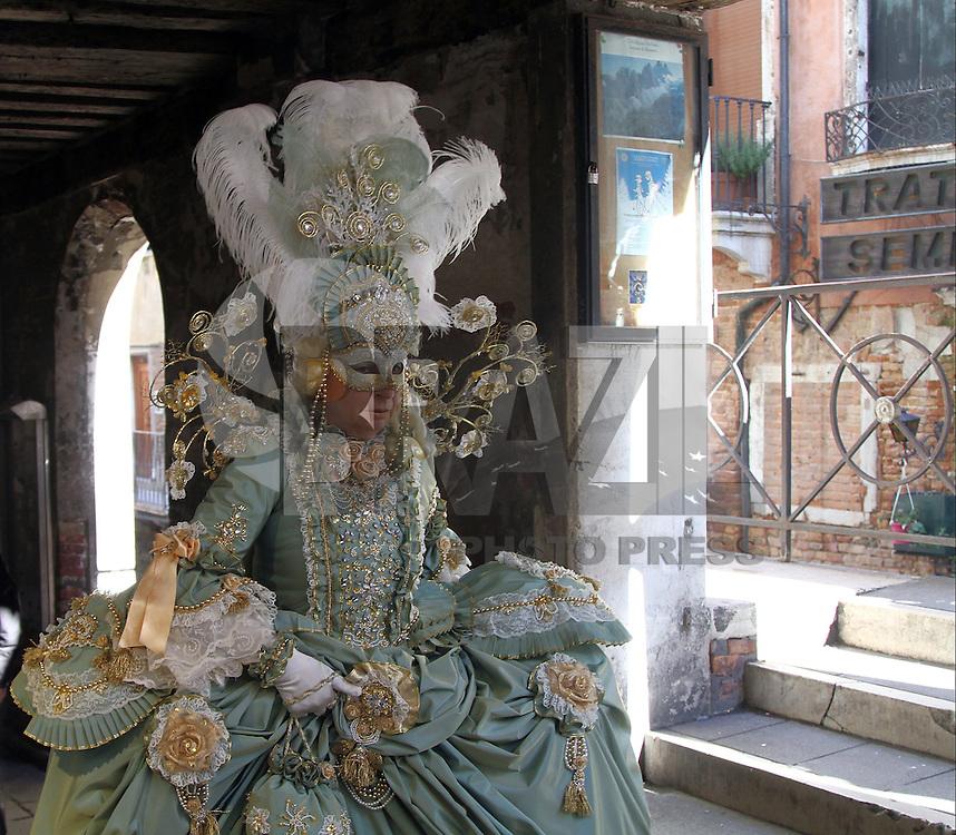 VENEZA, ITÁLIA - 04.02.2016: CARNAVAL-ITÁLIA - Pessoas com máscaras comemoram o tradicional Carnaval de Veneza, na praça de San Marco, nesta quinta-feira (04). (Foto:Andrea Spinelli/Brazil Photo Press)