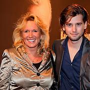NLD/Amsterdam/20111017 - Premiere De Heineken Ontvoering, Ruud Feltkamp met zijn moeder
