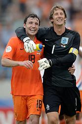 16-06-2006 VOETBAL: FIFA WORLD CUP: NEDERLAND - IVOORKUST: STUTTGART <br /> Oranje won in Stuttgart ook de tweede groepswedstrijd. Nederland versloeg Ivoorkust met 2-1 / Mark van Bommel en Edwin van der Sar<br /> ©2006-WWW.FOTOHOOGENDOORN.NL