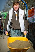 Koning Willem-Alexander en Koningin Maxima nemen deel aan vrijwilligersactie NL Doet en klussen mee in speeltuin en buurtvereniging Vreugdeoord in Alpen aan den Rijn, 12 Maart 2015. NL Doet is een vrijwilligersactie van het Oranje Fonds, de koning en de koningin zijn beschermheer en beschermvrouwe van het fonds.<br /> <br /> King Willem-Alexander and Queen Maxima of The Netherlands volunteering at playground and community Vreugdeoord in Alpen aan den Rijn, The Netherlands, 12 March 2016. NL Doet is in initiative of the Oranje Fonds, the King and Queen are patron and patroness of the foundation. <br /> <br /> Op de foto / On the photo: Koning Willem Alexander