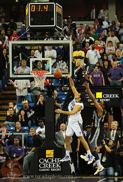 November 2, 2009; Sacramento, CA, USA; Sacramento Kings forward Omri Casspi (left) blocks the in-bound pass intended for Memphis Grizzlies forward Rudy Gay (right) during the fourth quarter at Arco Arena. The Kings defeated the Grizzlies 127-116 in overtime. Mandatory Credit: Kyle Terada-Terada Photo