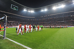 17.04.2012, Allianz Arena, Muenchen, GER, UEFA CL, Halblfinal-Hinspiel, FC Bayern Muenchen (GER) vs Real Madrid (ESP), im Bild Die Mannschaften von Real Madrid und Bayern Muenchen beim Einlauf in die restlos ausverkaufte Allianz Arena. // during the UEFA Championsleague Halffinal 1st Leg Match, between FC Bayern Munich (GER) and Real Madrid (ESP), at the Allianz Arena, Munich, Germany on 2012/04/17. EXPA Pictures © 2012, PhotoCredit: EXPA/ Eibner/ Wolfgang Stuetzle..***** ATTENTION - OUT OF GER *****