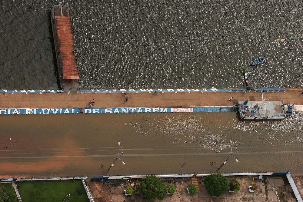 May 19th 2006. Santarem (Para State, Brazil)..Greenpeace ship MY Arctic Sunrise blocking the discharge of a barge loaded with soya at Cargill facility in Santarem. Soya expansion is one of the leading causes of deforestation in the Amazon.  ©Daniel Beltra