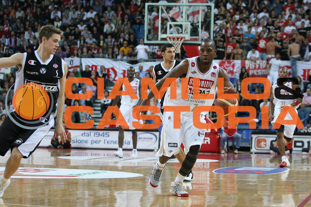 DESCRIZIONE : Pesaro Lega A1 2008-09 Scavolini Spar Pesaro La Fortezza Virtus Bologna<br /> GIOCATORE : Ramel Curry<br /> SQUADRA : Scavolini Spar Pesaro<br /> EVENTO : Campionato Lega A1 2008-2009 <br /> GARA : Scavolini Spar Pesaro La Fortezza Virtus Bologna<br /> DATA : 02/11/2008 <br /> CATEGORIA : palleggio<br /> SPORT : Pallacanestro <br /> AUTORE : Agenzia Ciamillo-Castoria/M.Marchi