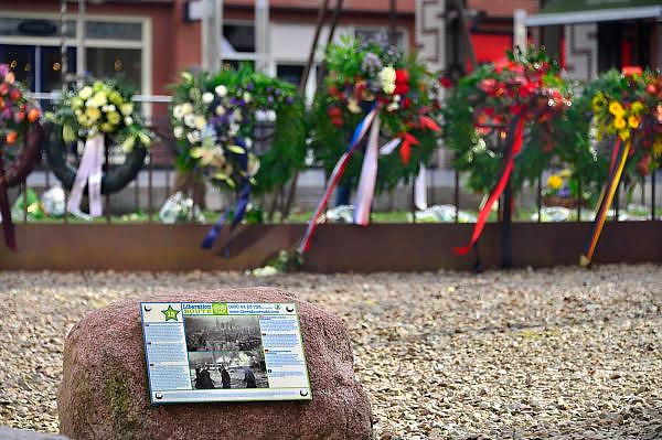 Nederland, Nijmegen, 23-2-2014Gisteren was de herdenking van het bombardement op Nijmegen dat hier per vergissing door de amerikanen 70 jaar geleden plaatsvond. Het gedenken gebeurt elk jaar op de plek waar destijds een kleuterschool, school stond die getroffen werd en waarbij veel kinderen de dood vonden. Het herdenkingsmonument is een schommel naast de bomen die op die plek stonden. Het Bombardement van Nijmegen op 22 februari 1944 is in termen van aantal slachtoffers een van de ergste bombardementen op een Nederlandse stad tijdens de Tweede Wereldoorlog. Bijna 800 mensen kwamen om het leven, maar waarschijnlijk ligt het aantal doden hoger, omdat onderduikers niet meegeteld konden worden. Een groot deel van de historische binnenstad werd door Amerikaanse vliegers verwoest, waaronder de Grote of Sint Stevenskerk.Er ligt hier ook een luisterkei van de Liberation route.Foto: Flip Franssen/Hollandse Hoogte