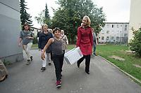 20 SEP 2015, BERLIN/GERMANY:<br /> Manuela Schwesig (R), SPD, Bundesfamilienministerin, traegt mit einem Jungen eine Kiste mit Spielzeug, waehrend dem Besuch des Uebergangswohnheims Marienfelde, das ehem. Notaufnahmelager fuer gefluechtete DDR-Buerger, am Weltkindertag<br /> IMAGE: 20150920-01-001<br /> KEYWORDS: Kinder, Kind,