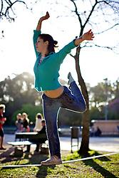 Garota pratica slackline no Parque Farroupilha (Redenção), em Porto Alegre. FOTO: Jefferson Bernardes/Preview.com