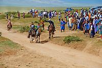 Mongolie, province de Ovorkhangai, Ondorshireet, la fete du Naadam, course de chevaux, spectateurs // Mongolia, Ovorkhangai province, Ondorshireet, the Naadam festival, horses race, spectator