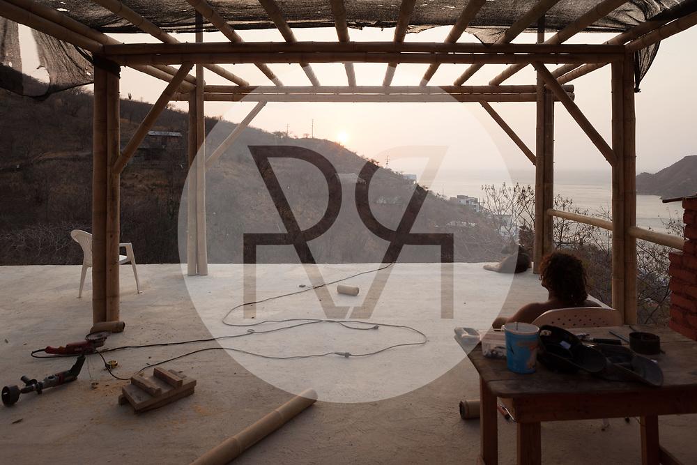 KOLUMBIEN - TAGANGA - Feierabend auf der Baustelle von Hostel Casa Horizonte - 24. März 2014 © Raphael Hünerfauth - http://huenerfauth.ch