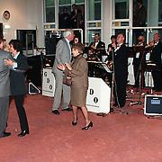 Nieuwjaarsreceptie 1998 gemeente Huizen, dansen in de raadszaal