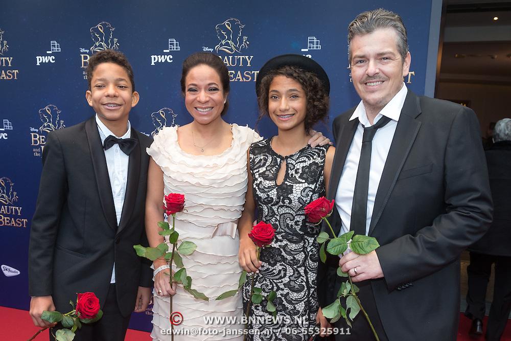 NLD/Scheveningen/20151213 - Premiere musical Beauty and the Beast, Nurlaila Karim met partner Muriel Wolda en kinderen Jay en  Gaia