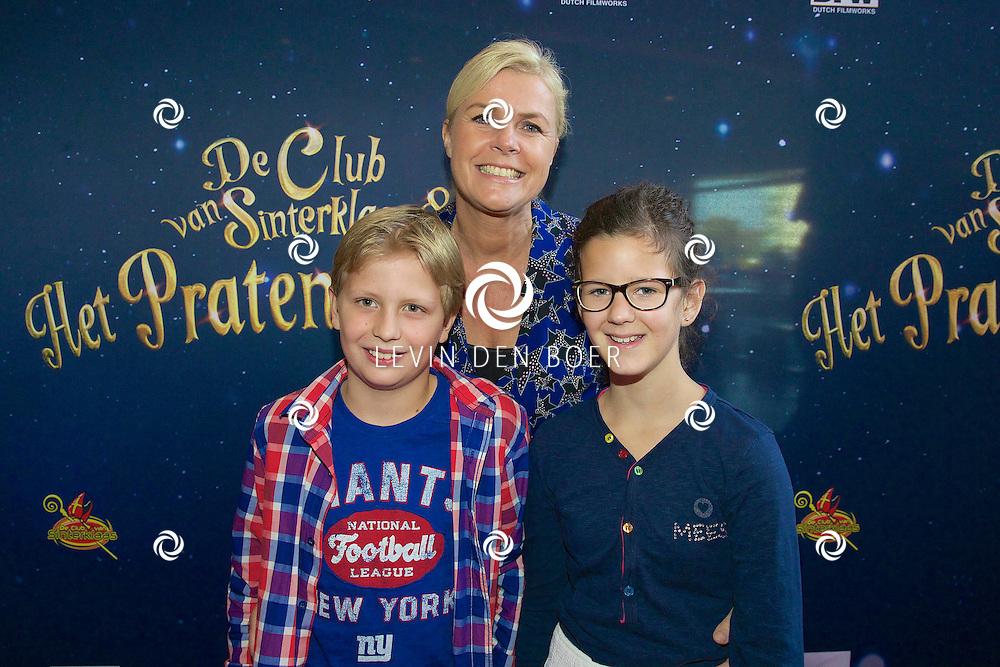 EDE - De nieuwe Sinterklaasfilm 'De Club van Sinterklaas & Het Pratende Paard' is in premiere gegaan. Met hier op de rode loper Irene Moors en haar zoon Tijn met zijn vriendinnetje. FOTO LEVIN DEN BOER - PERSFOTO.NU
