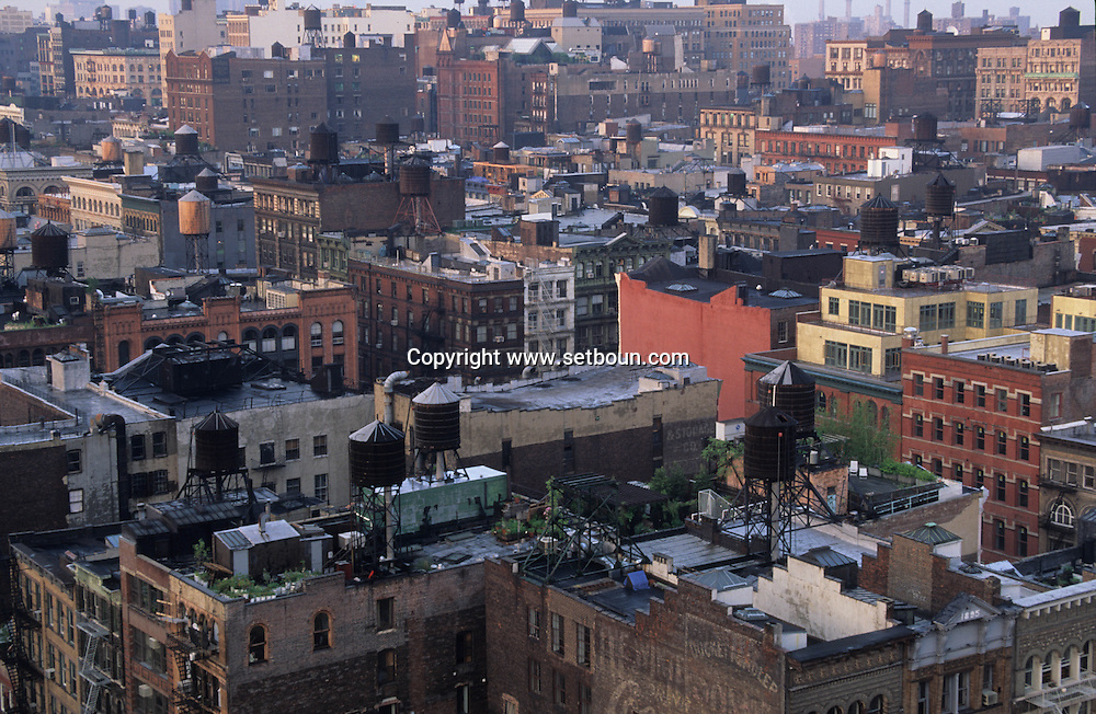 New York. elevated view on Soho  roofs , with water tanks.  view from Soho Grand hotel. New York; Manhattan  Usa , /  vue aerienne sur les toits de Soho couverts de reservoir d  eau
