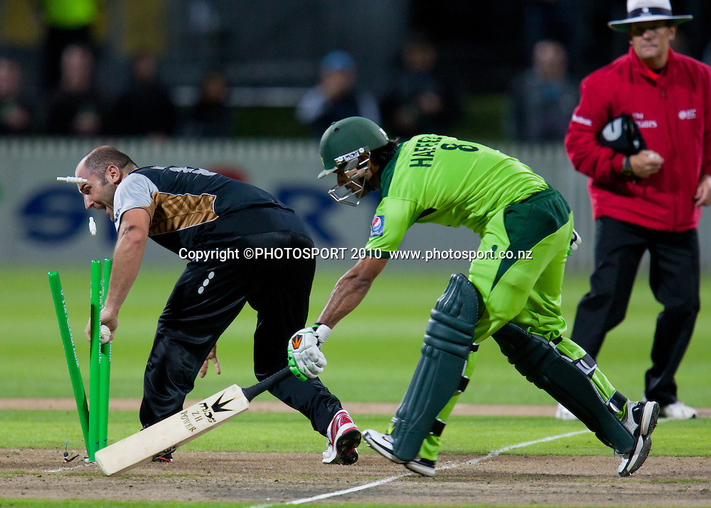 Luke Woodcock attempts to run out Mohammad Hafeez during New Zealand Black Caps v Pakistan, Match 2, won by NZ by 39 runs. Twenty 20 Cricket match at Seddon Park, Hamilton, New Zealand. Tuesday 28 December 2010. . Photo: Stephen Barker/PHOTOSPORT
