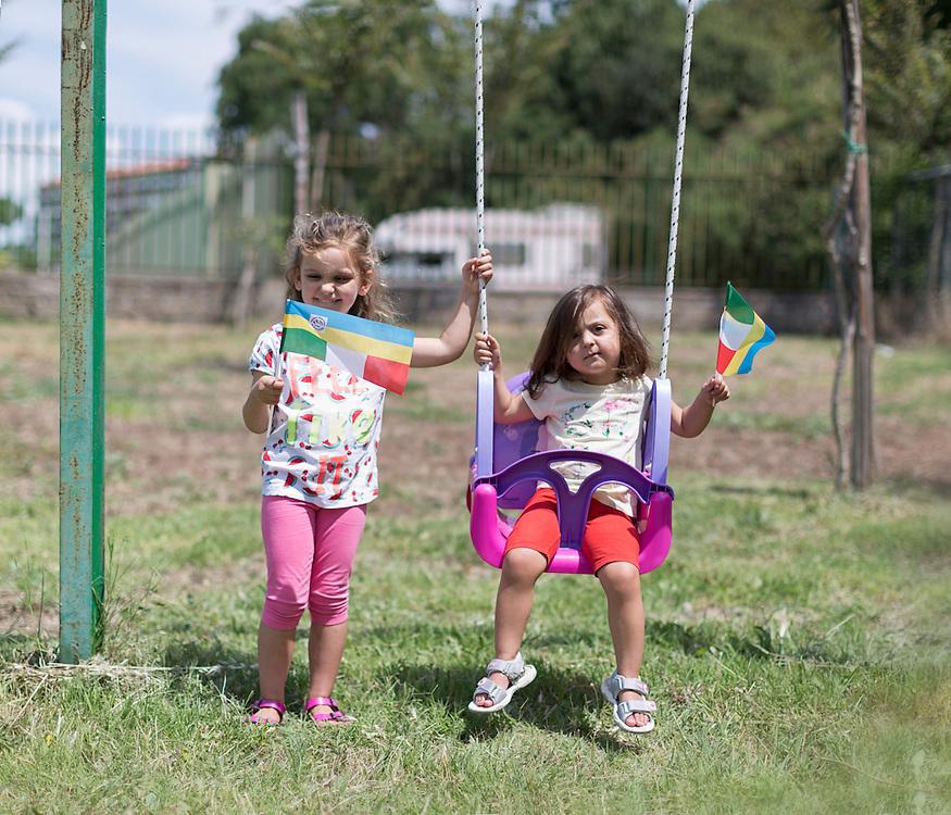 due bambine nate da una coppia italo ucraina.<br /> <br /> two girls born to a Ukrainian Italian couple.