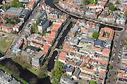 Nederland, Zuid-Holland, Leiden, 09-04-2014; centrum Leiden met vlnr Kaiserstraat, Vliet en Douzastraat, Rapenburg boven in beeld. Schoolplein basisschool met zonnepanelen.<br /> Old town and heart of the city of Leiden with canals.<br /> luchtfoto (toeslag op standard tarieven);<br /> aerial photo (additional fee required);<br /> copyright foto/photo Siebe Swart