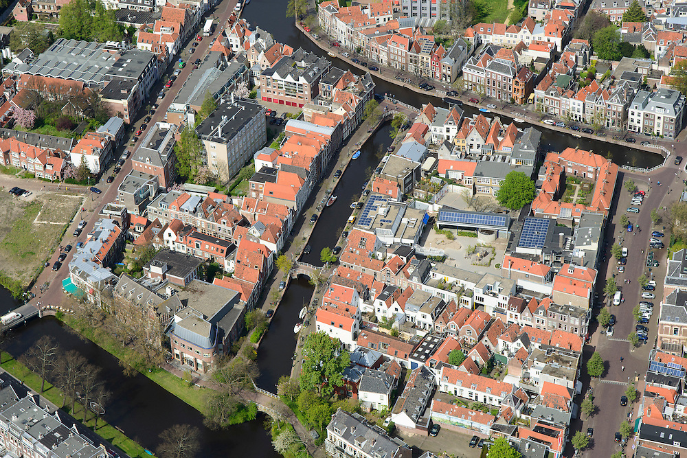 Nederland, Zuid-Holland, Leiden, 09-04-2014; centrum Leiden met vlnr Kaiserstraat, Vliet en Douzastraat, Rapenburg boven in beeld. Schoolplein basisschool met zonnepanelen.<br /> Old town and heart of the city of Leiden with canals.<br /> luchtfoto (toeslag op standard tarieven);<br /> aerial photo (additional fee required);<br /> copyright foto/photo Siebe Swart