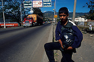 El tráfico de mercancía es el sustento de muchas personas de esta región. Adultos y niños buscan la forma de obtener algo de dinero.  San Antonio del Táchira, 09 - 01-2001 (Ramón Lepage / Orinoquiaphoto)     Illegal traffic of Merchandize and Gasoline across the river below the international bridge Simon Bolivar on the Venezuelan - Colombian Border. San Antonio Del Tachira. (Ramón Lepage / Orinoquiaphoto