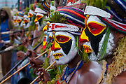 Bunt geschmückte und bemalte Volksstämme feiern das traditionelle Sing Sing in Enga im Hochland von Papua Neu Guinea, Melanesien*Colourful dressed and face painted local tribes celebrating the traditional Sing Sing in Enga  in the Highlands of Papua New Guinea, Melanesia