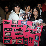 ITA/Rome/20061117 - Huwelijk Tom Cruise en Katie Holmes, Tom en Katie fans wachten voor het hotel met kado's