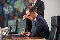 18 JUL 2018, BERLIN/GERMANY:<br /> Heiko Maas, SPD, Bundesaussenminister, schreibt etwas vor Beginn der Kabinettsitzung, Bundeskanzleramt<br /> IMAGE: 20180718-01-003<br /> KEYWORDS: Kabinett, Sitzung