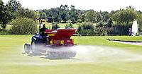 MOLENSCHOT - Zanden van de green door de greenkeeper. Golfclub Princenbosch. Copyright Koen Suyk