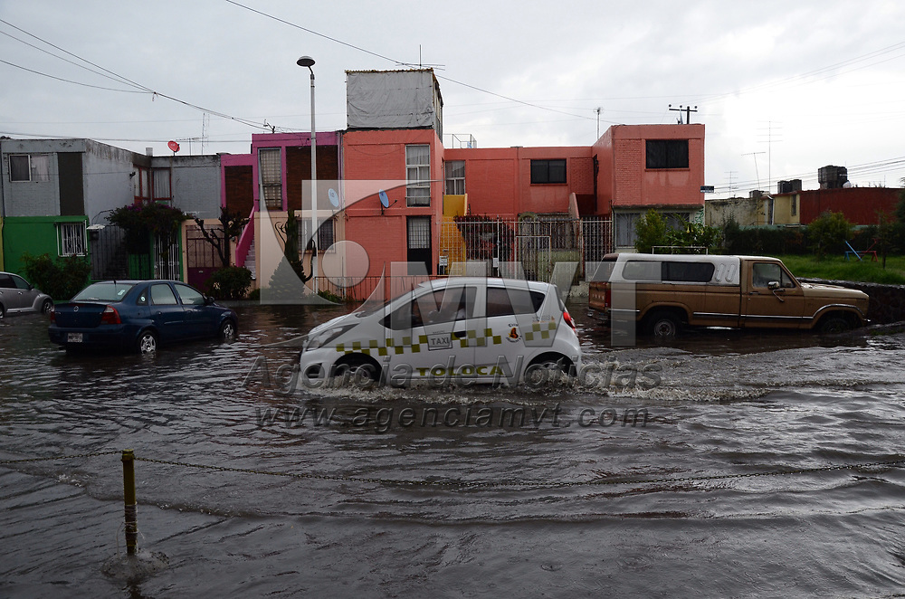 METEPEC, México (Junio 12, 2017).- La fuerte lluvia que se registro en el Valle de Toluca la tarde de este miércoles provoco encharcamientos e inundaciones en varios puntos de Metepec, Toluca, Zinacantepec y San Mateo Atenco, lo que complico la circulación vial. Agencia MVT / Arturo Hernández.