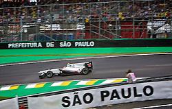 O piloto japonês Kamui Kobayashi acelera sua BMW Sauber durante a primeira volta do Grande Prémio do Brasil de Fórmula 1, em Interlagos, São Paulo. FOTO: Jefferson Bernardes/Preview.com