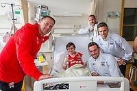 ALKMAAR, 06-04-2016, AZ bezoekt Noordwest Ziekenhuisgroep, AZ trainer John van den Brom, AZ speler Stijn Wuytens, AZ speler Markus Henriksen, AZ speler Ron Vlaar, AZ speler Ridgeciano Haps, AZ speler Vincent Janssen