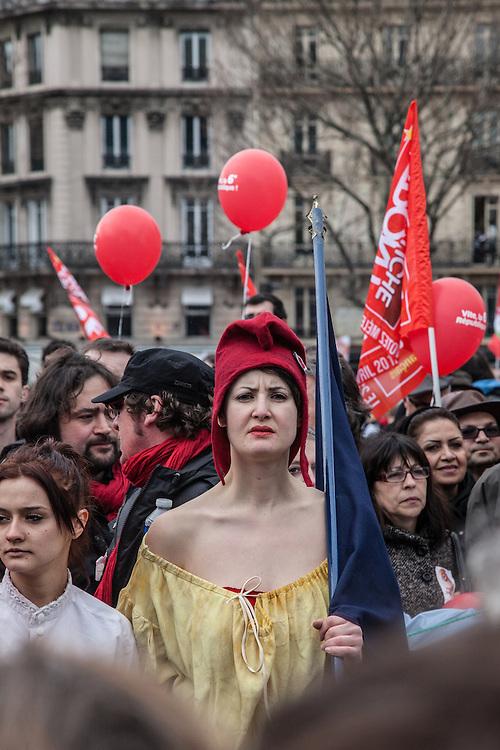 Une femme habillée en Marianne et portant le bonnet phrygien, place de la Bastille, lors du rassemblement du Front de Gauche, le 18 mars 2012.