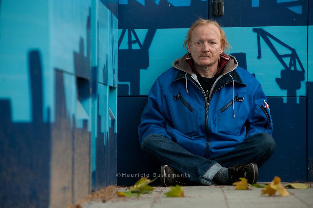"""""""Hinterher bereut man alles""""<br /> Wolfgang Pagel (49) verkauft seit drei Monaten Hinz&Kunzt<br /> und steht gemeinsam mit seiner Verlobten, auch Hinz&Künztlerin,<br /> vor dem Aldi-Markt in der Horner Landstraße."""