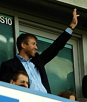 Photo: Ed Godden.<br />Chelsea v Everton. The Barclays Premiership. 17/04/2006.<br />Roman Abramovich waves to the Chelsea fans.
